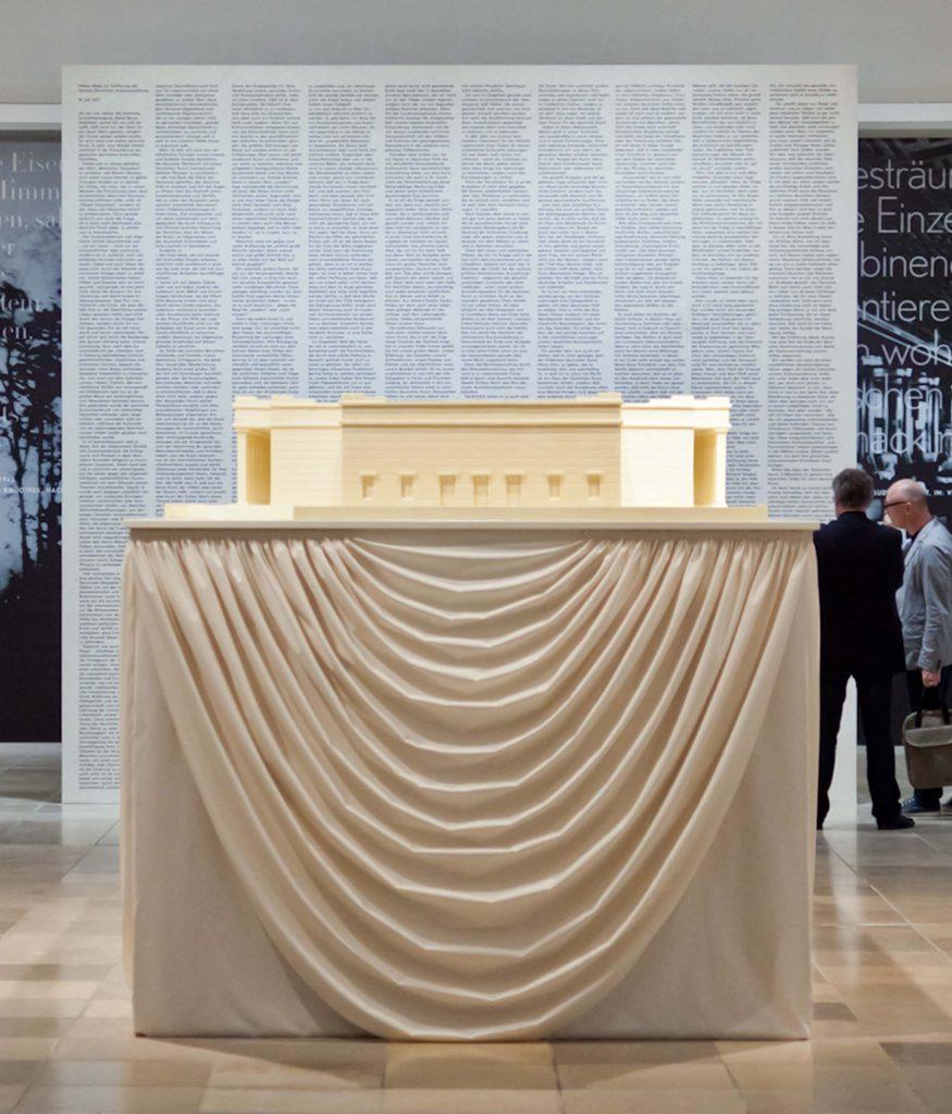 """<p>""""Haus der Kunst"""" aus weißer Schokolade, Architektur-Modell, Auftraggeber: Haus der Kunst im Rahmen der Ausstellung """"Geschichten und Konflikt"""", © Maximilian Geuter</p>"""