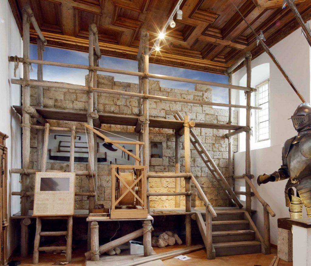 <p>Museumsbau, mittelalterliches Baugerüst vor Burgmauer-Plastik, Auftraggeber: Stadtmuseum Burghausen, © Gerhard Nixdorf</p>