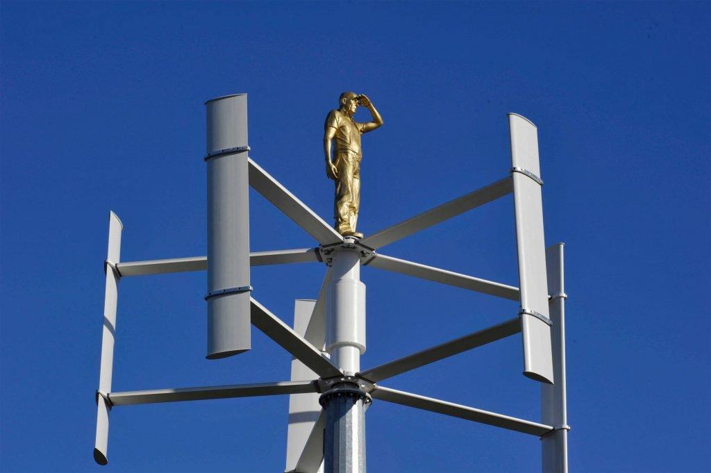 <p>Überlebensgroße Skulptur auf Windkraftwerk, Umsetzung und Planung eines Kunst am Bau Projekts</p>