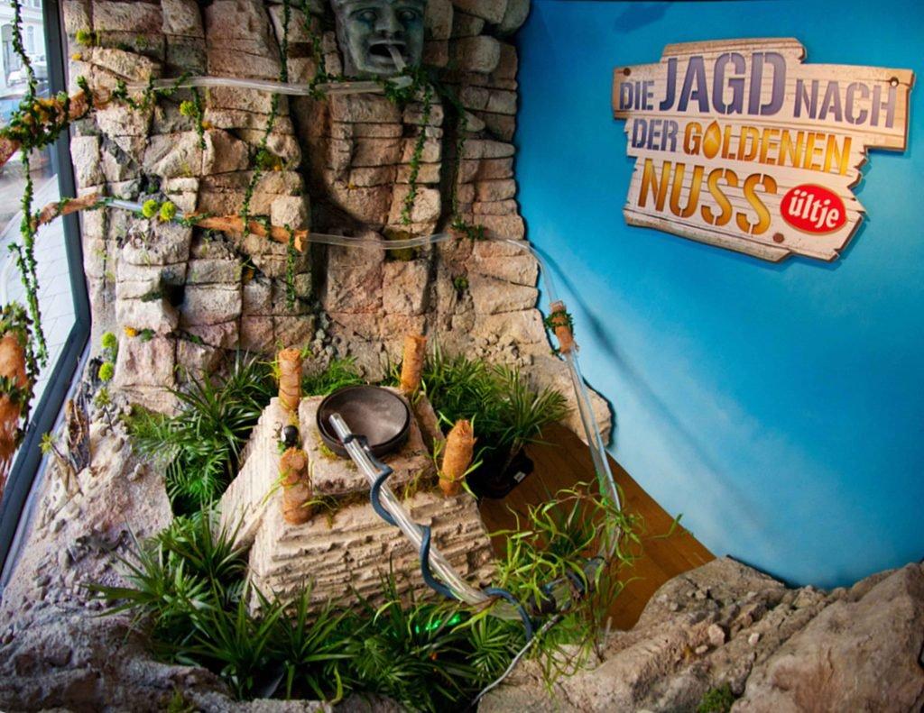 <p>Die goldene Nuss, Online-Gewinnspiel mit Lotterieverfahren im Schaufenster, virales Marketing, Idee: Webguerillas</p>