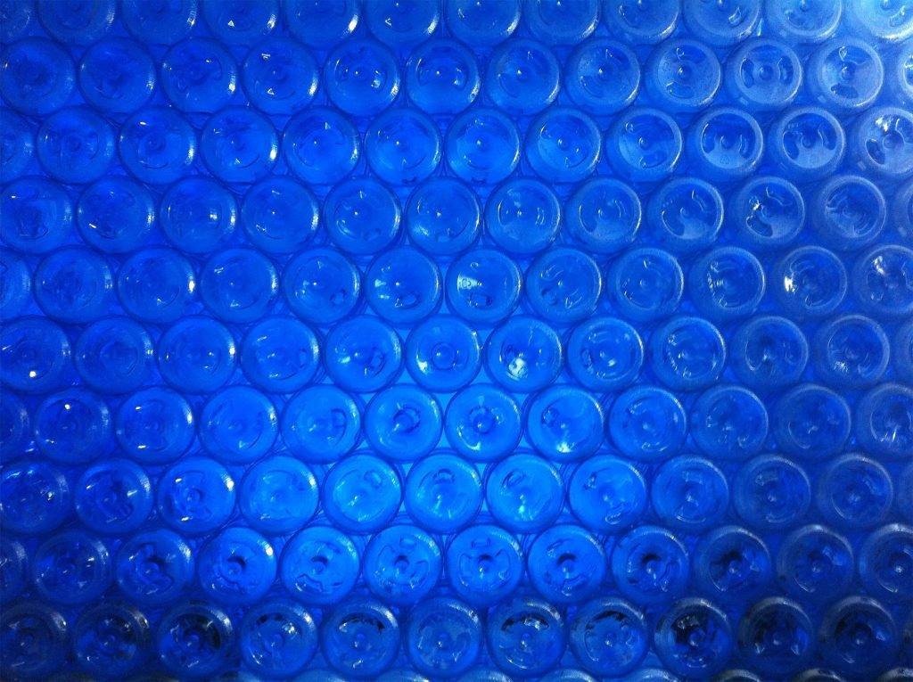 <p>Wand aus Plastikflaschen, Dekorationsbau</p>