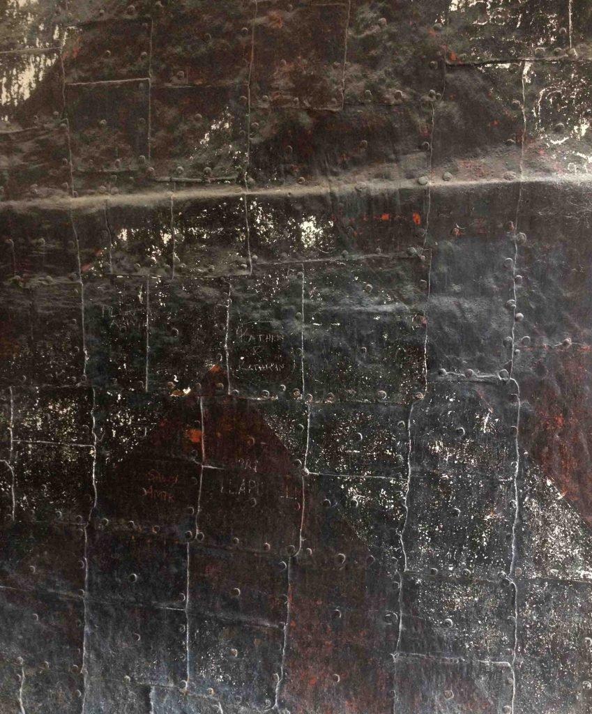 <p>Antikbeschlag-Tür mit Staubpatina, Museumsbau</p>