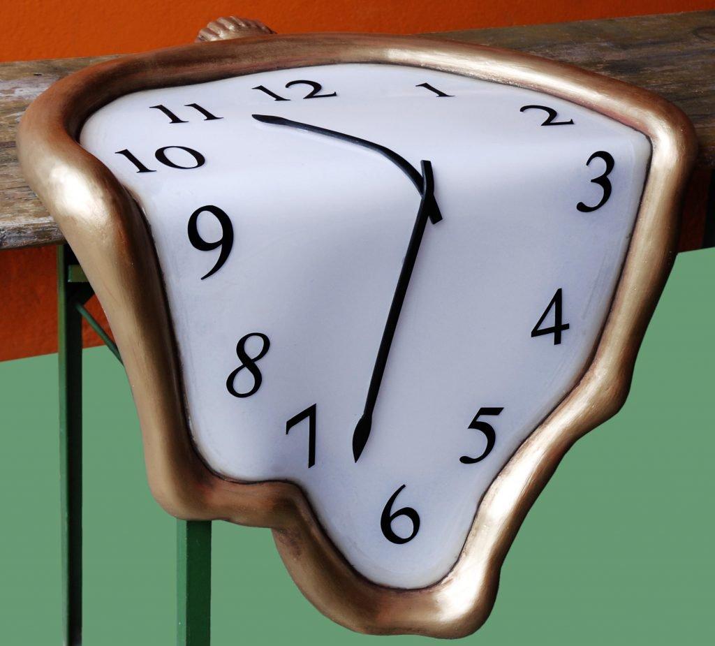 <p>Dalí Uhren, Bühnenplastik, Umsetzung mit Saurus</p>