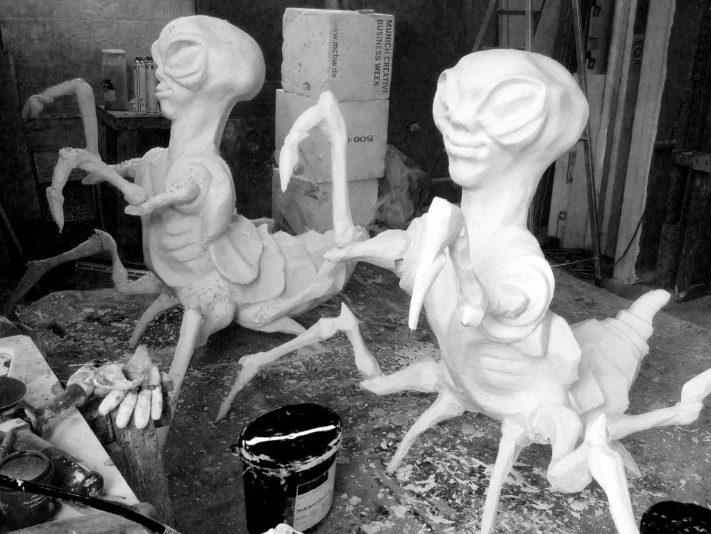 <p>Alien-Spider, 3D-Plastik, Sixt – Flughafenwerbung</p>