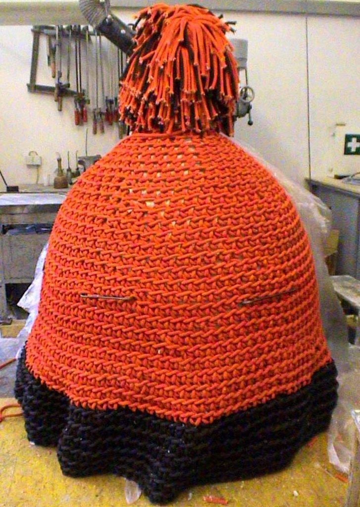 <p>Mütze aus Seil gestrickt, 3m hoch, 2m breit, Kunstmodell</p>