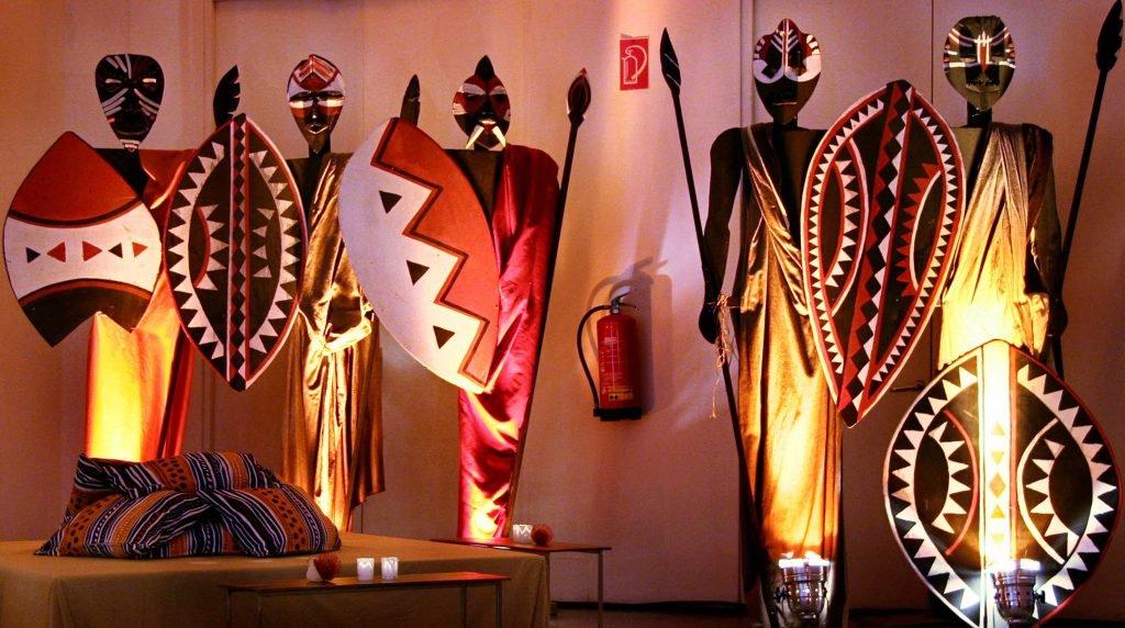 <p>Massai-Event im Haus der Kunst München, Event-Skulpturen, Bühnenmalerei, Auftraggeber: DekoDesign</p>